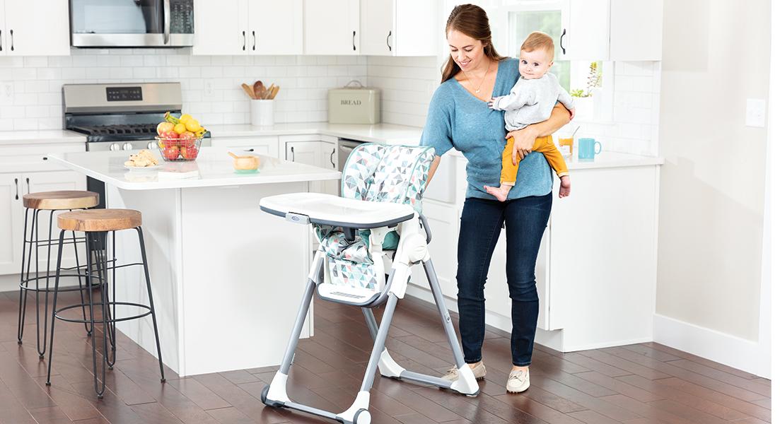 Mutter und Kleinkind mit dem Hochstuhl Graco Swift Fold